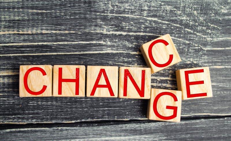 Cube en bois avec le ` de changement de ` de mot au ` d'occasion de ` sur la table en bois Concept développement et de croissance photo libre de droits