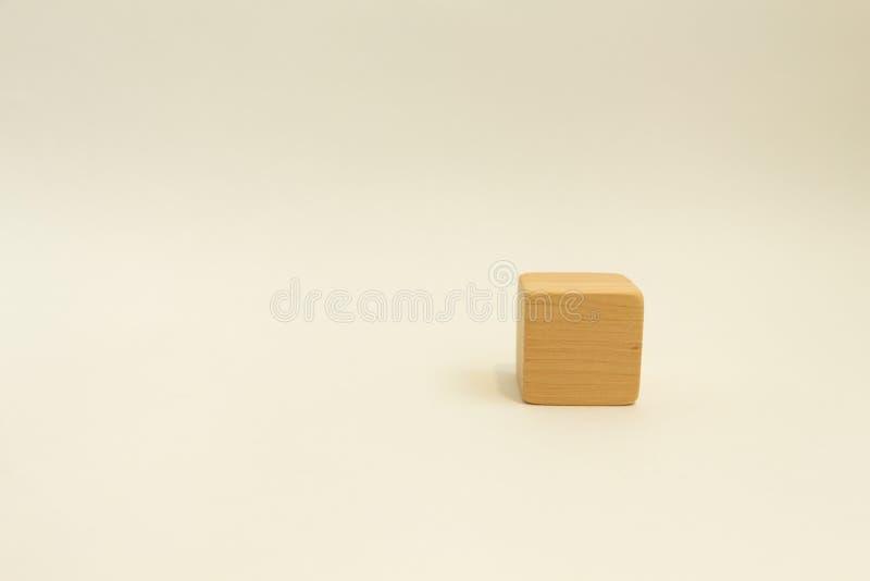 Cube en bois sur un fond blanc Plein visage photos libres de droits
