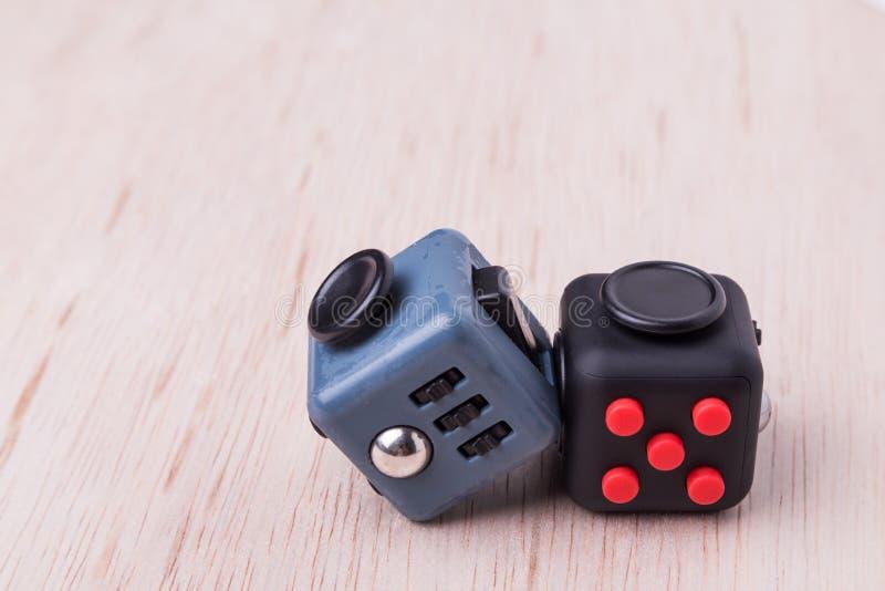 Cube en personne remuante, le cube en recuit de stabilisation sur le dessus de table photographie stock
