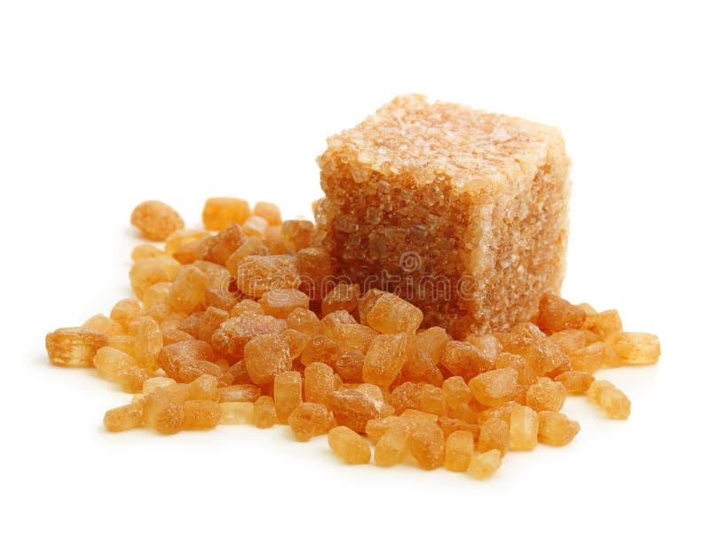 Cube en sucre de canne de Brown d'isolement photographie stock