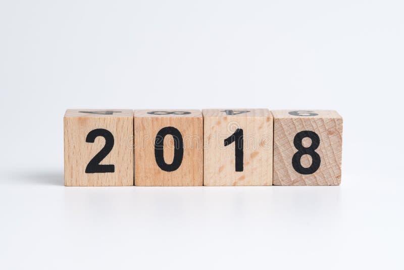 Cube o bloco de madeira com número 2018 para o alvo do ano ou a estação dezembro fotografia de stock