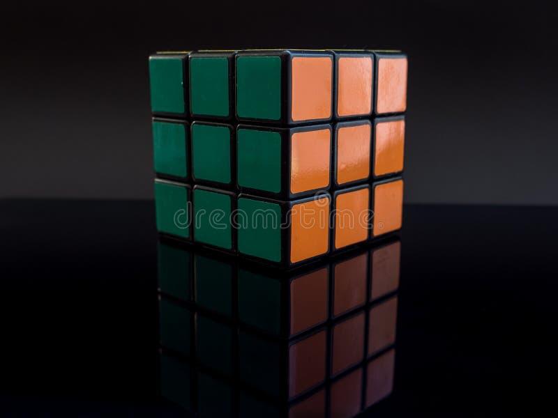 Cube traditionnel standard en ` s de rubik sur le fond noir avec la réflexion résolue photos libres de droits