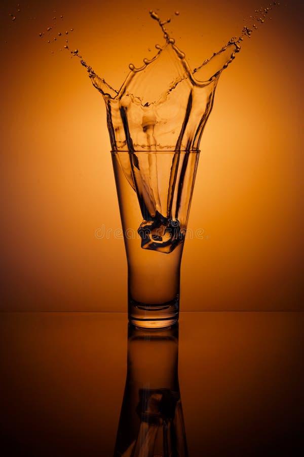 cubes стеклянный льдед брызгая воду стоковые изображения