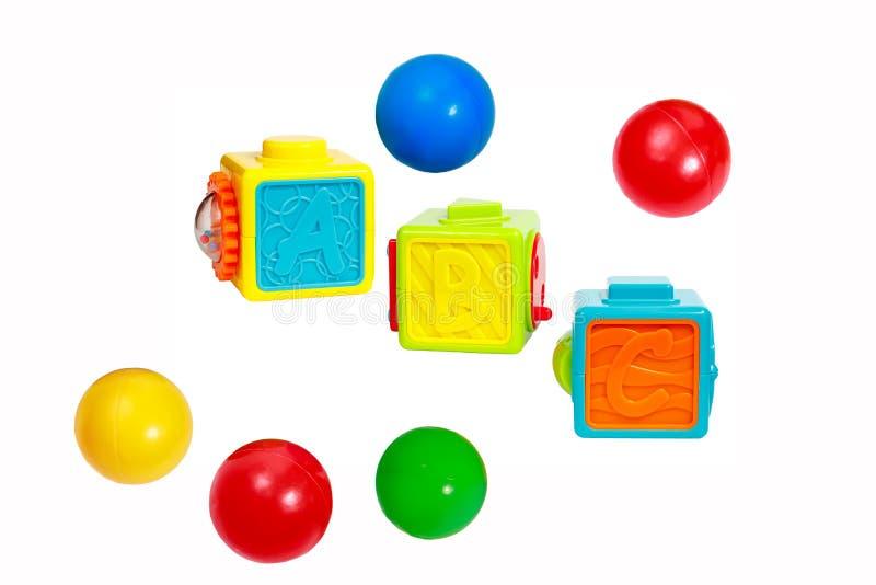 Cubes avec des lettres, des morceaux interactifs et des boules en plastique photos libres de droits
