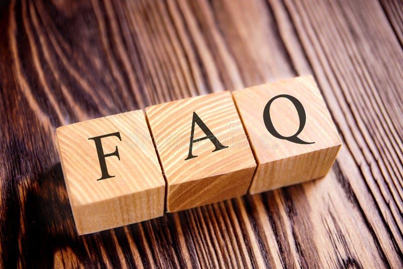Cubes avec un FAQ d'inscription sur les vieux conseils photo stock