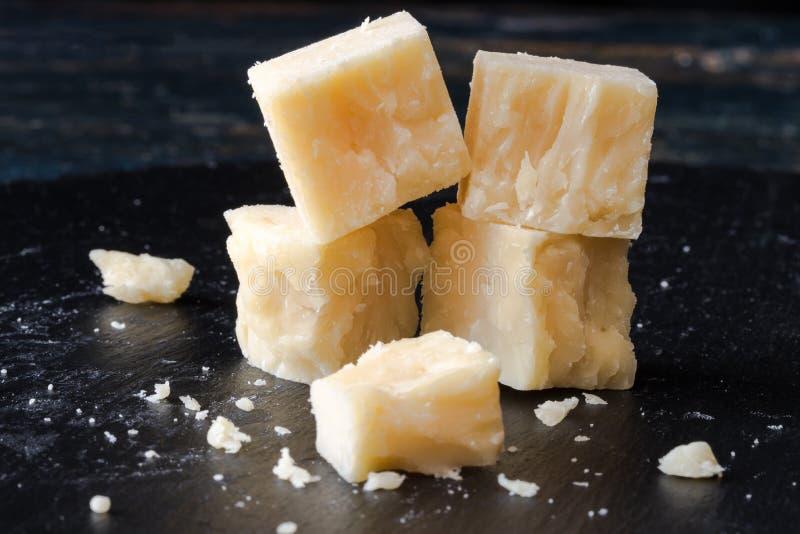 Cubes blancs en fromage de cheddar image stock