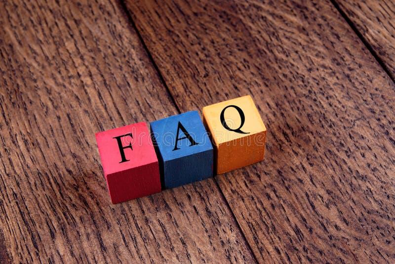 Cubes colorés avec un FAQ d'inscription images libres de droits