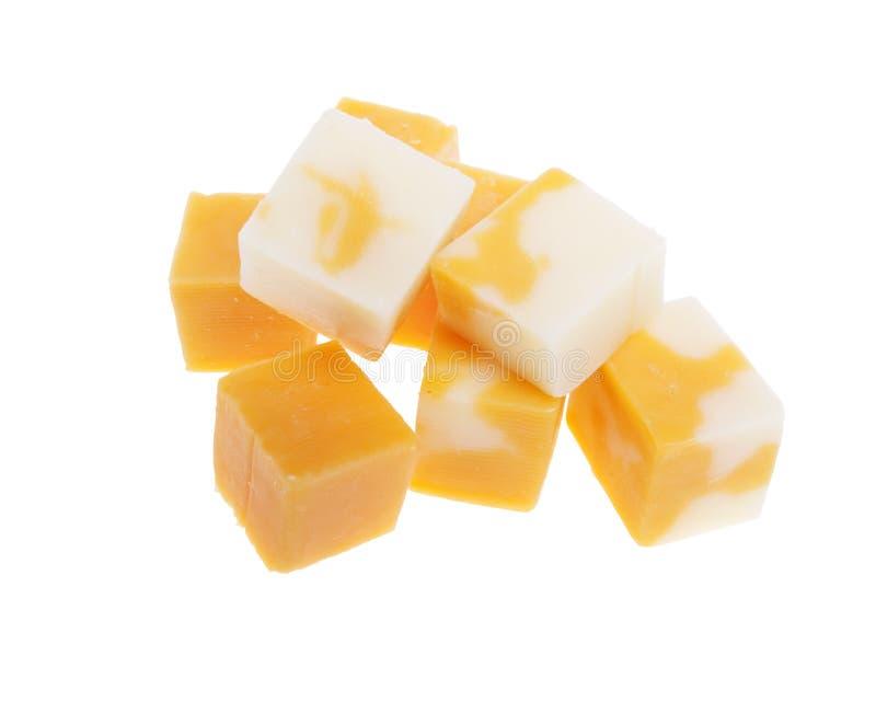 Cubes de fromage de cheddar d'isolement sur le blanc photo stock