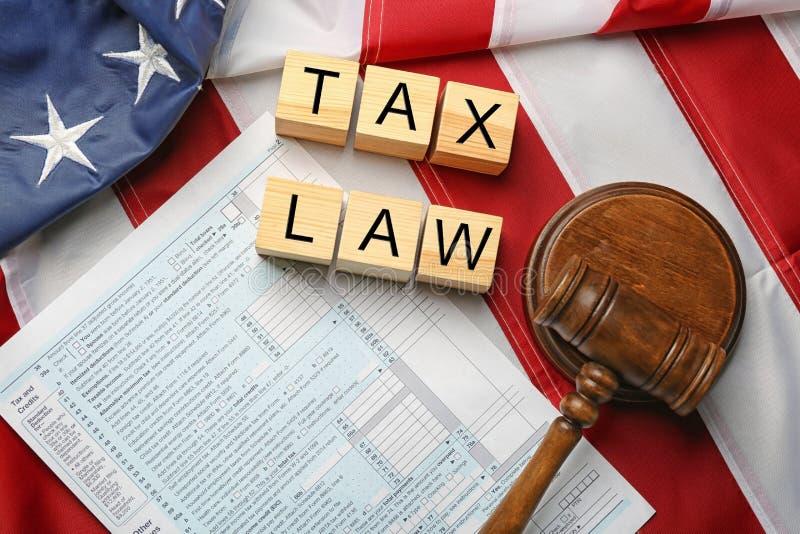 Cubes en bois avec l'espace pour le texte, le marteau de juge et les feuilles d'impôt sur le drapeau américain photos libres de droits