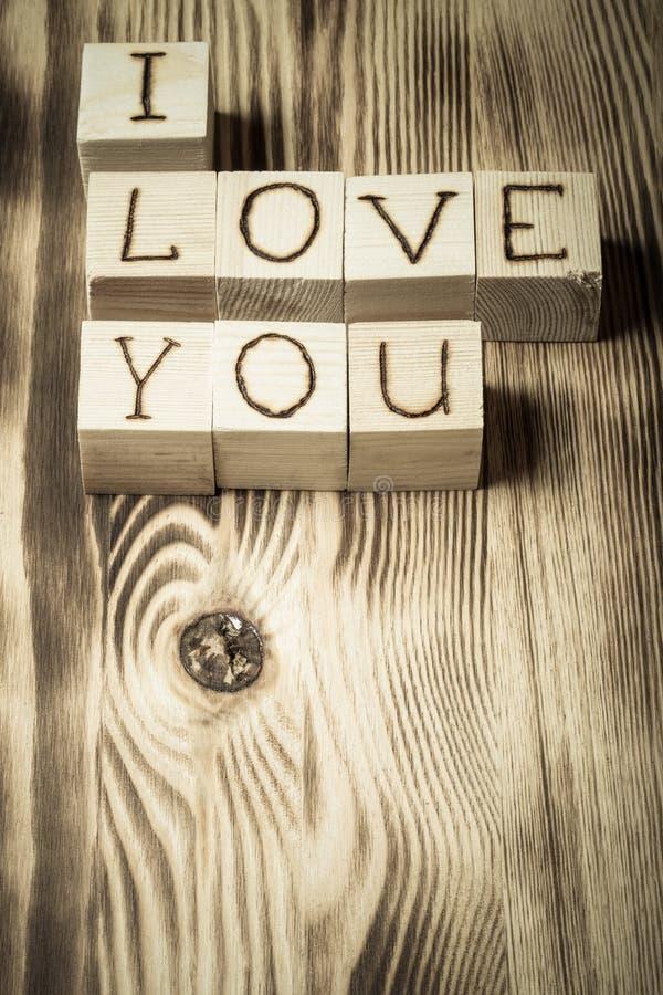 Cubes en bois avec l'inscription JE T'AIME photographie stock libre de droits