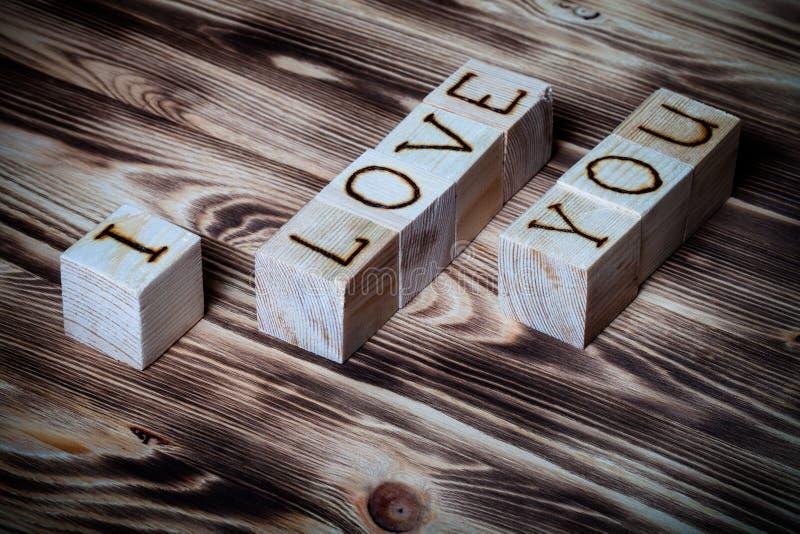 Cubes en bois avec l'inscription JE T'AIME sur le nouveau fond en bois toned photos stock