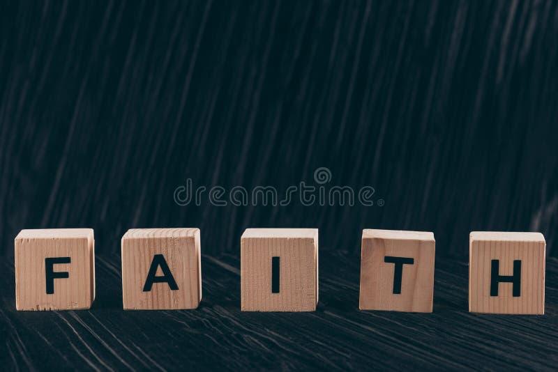 cubes en bois avec la foi de mot photo stock