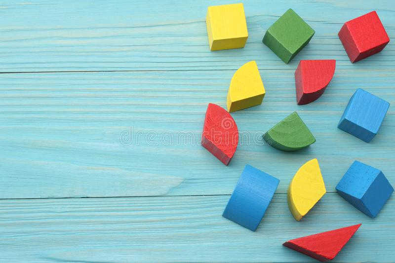 cubes en bois colorés sur le fond en bois bleu Vue supérieure Jouets dans la table images stock