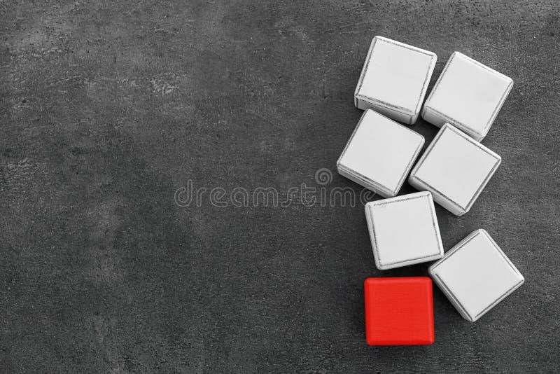 Cubes en bois et un différents photo libre de droits
