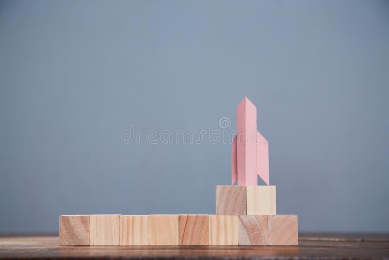 Cubes en bois pour étiquettes et fusées Démarrage ou aspirations Nouveau concept d'entreprise, de développement et d'investisseme photographie stock libre de droits
