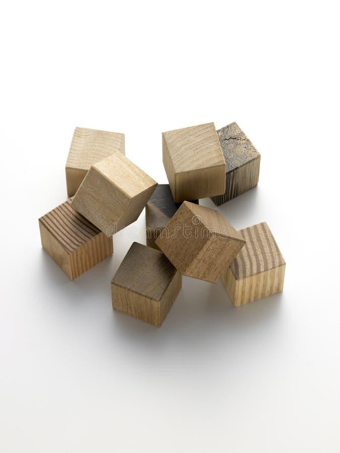 Cubes en bois sur un fond blanc images libres de droits