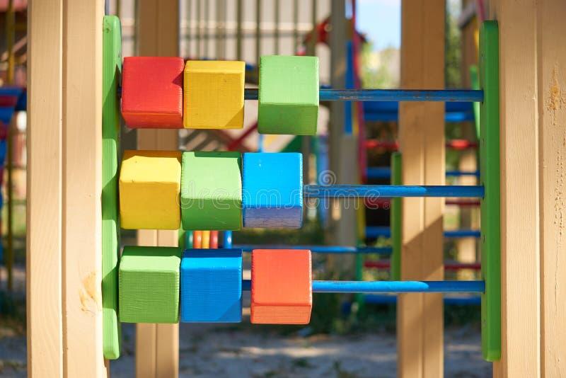 Cubes en enfants sur un terrain de jeu photo libre de droits