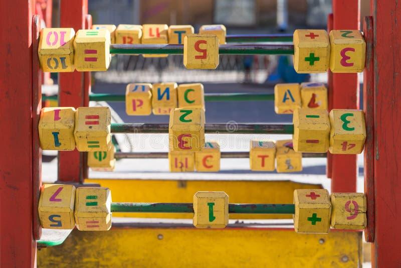 Cubes en ` s d'enfants avec des lettres sur le terrain de jeu photos stock