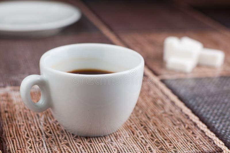 Cubes en sucre de tasse de caf? blanc sur la table Temps de caf? image stock