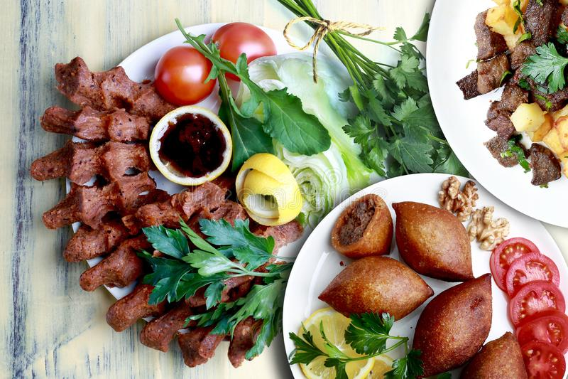 Cubes frits, Kibbeh et cigkofte en foie images stock