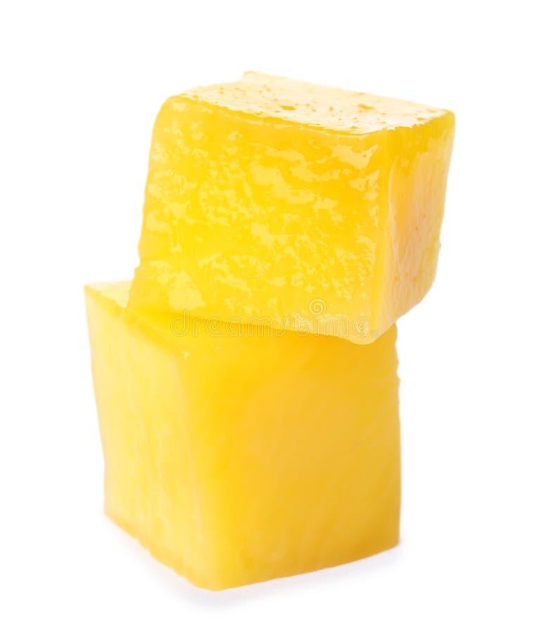 Cubes juteux frais en mangue sur le blanc photographie stock