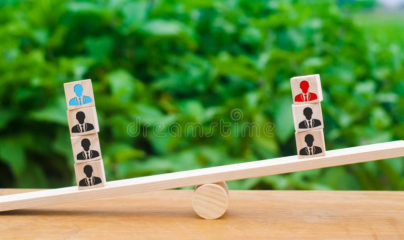 Cubes with pictures of employees on the scales. The concept of competition and competition between leaders and teams, businessmen. Opposition teams, teamwork royalty free stock photography