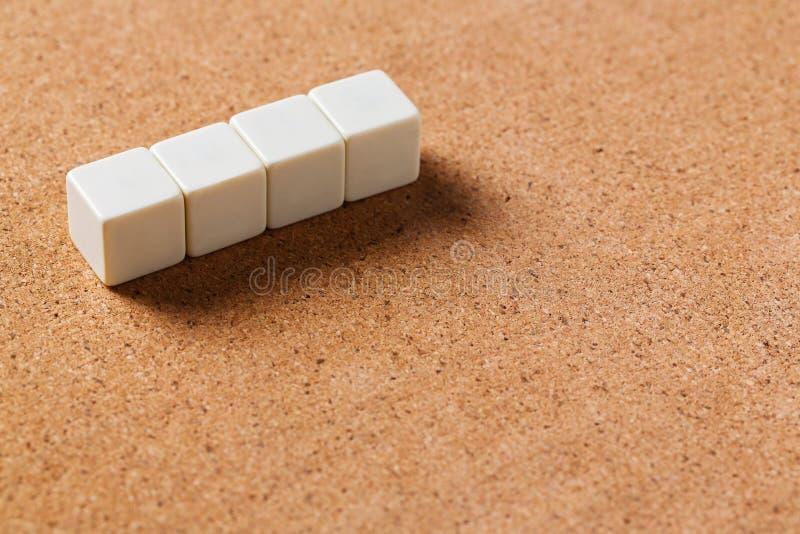Cubes vides sur le panneau de liège photographie stock