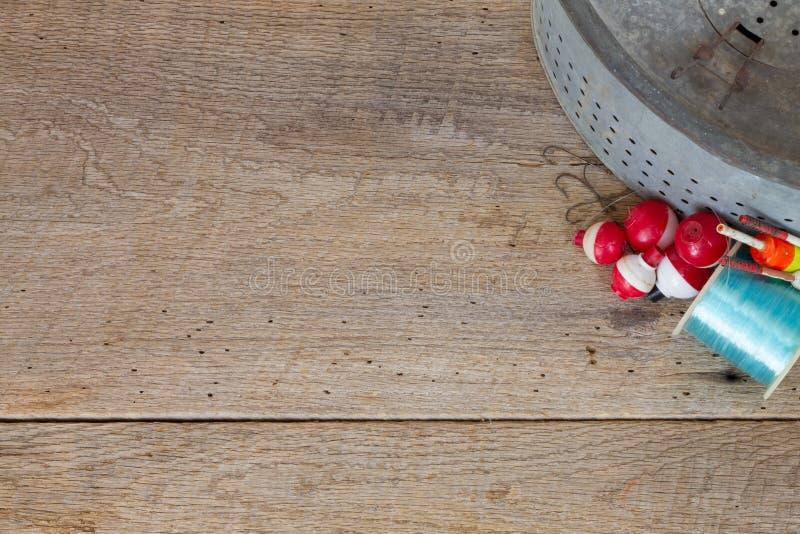 Cubeta antiga do peixinho de rio na madeira do celeiro com ganchos & bobbers fotos de stock
