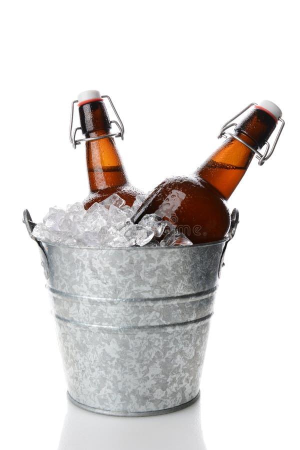 Cubeta com duas cervejas da parte superior de Filp foto de stock royalty free