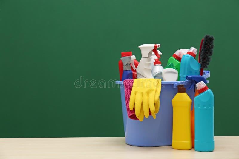 Cubeta com fontes de limpeza na tabela fotos de stock