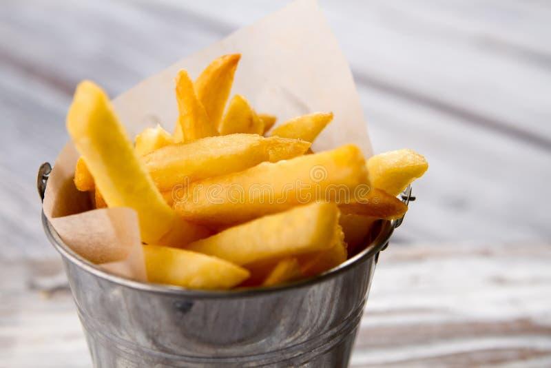 Cubeta com fritadas amarelas imagens de stock royalty free