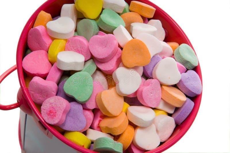Cubeta de corações do Valentim dos doces - Close-up fotografia de stock royalty free