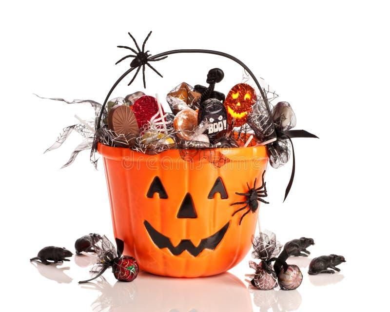 Cubeta de Halloween do truque ou do deleite imagens de stock