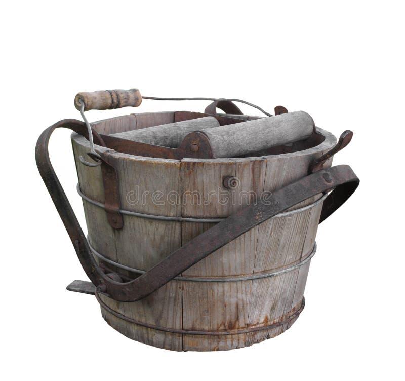 Cubeta de madeira velha da lavagem isolada. imagens de stock royalty free