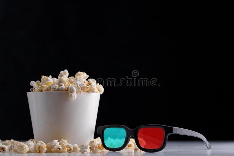 Cubeta de papel da pipoca e 3 vidros de d em um fundo escuro Oscar Film Academy Concept imagens de stock