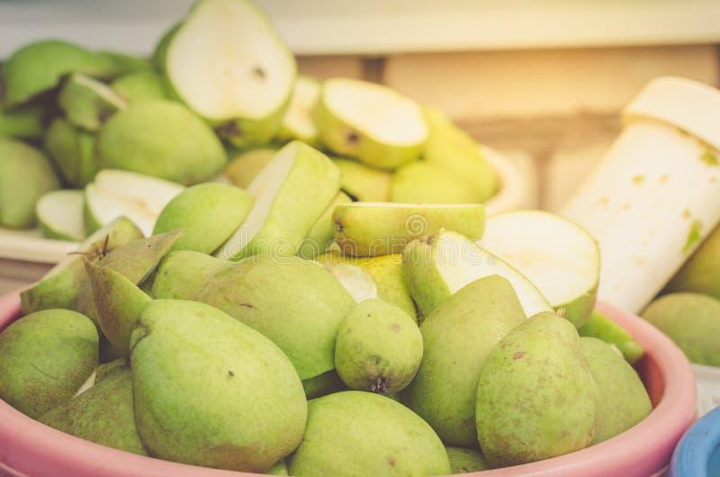 Cubeta de peras maduras em um jardim/pailful do pearsm maduro do corte, fotos de stock royalty free