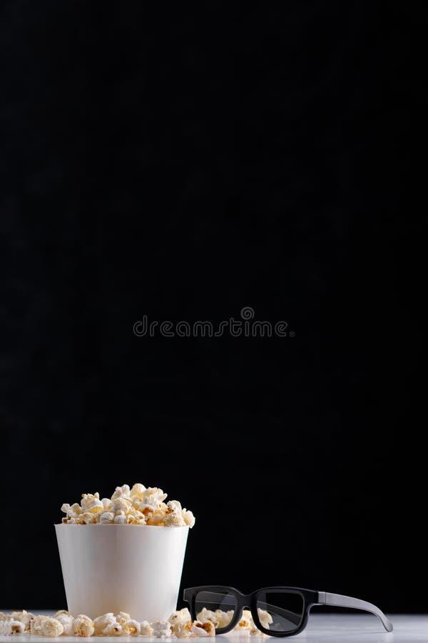 Cubeta do Livro Branco com pipoca e 3 vidros de d em um fundo escuro Oscar Film Academy Concept foto de stock