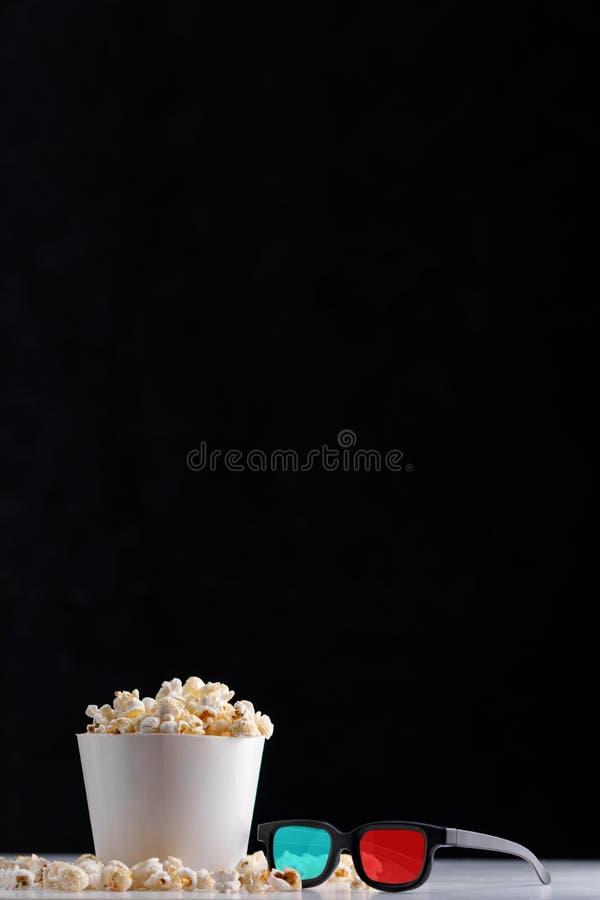 Cubeta do Livro Branco com pipoca e 3 vidros de d Fundo escuro Oscar Film Academy Concept imagem de stock royalty free