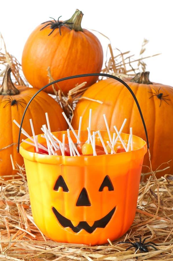 Cubeta dos doces de Halloween imagens de stock