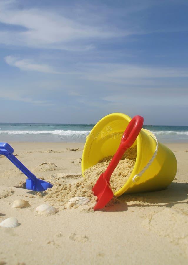 Cubeta e pás da praia fotos de stock royalty free
