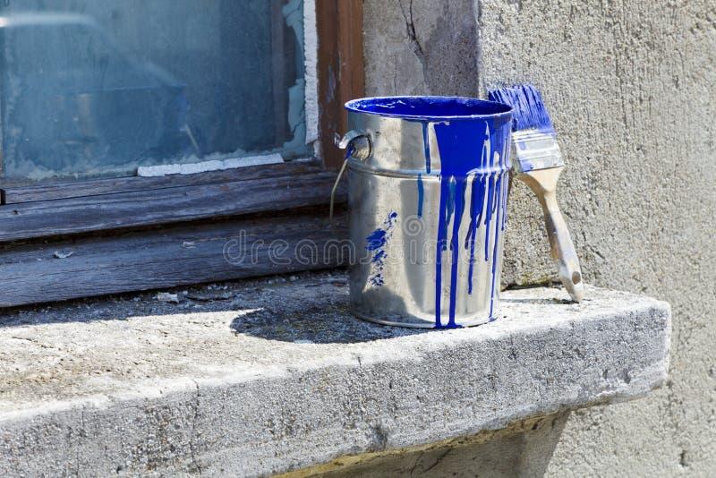 Cubeta e pintura para pintar as paredes da casa imagens de stock