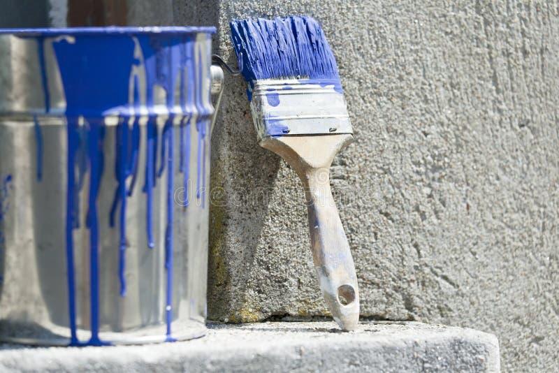 Cubeta e pintura para pintar as paredes da casa fotografia de stock royalty free