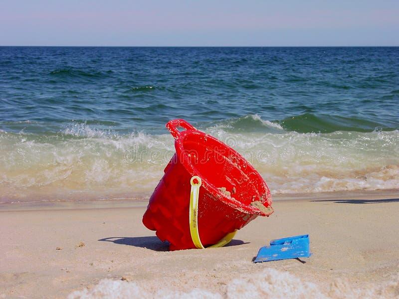 Download Cubeta encalhada foto de stock. Imagem de natação, areia - 56552
