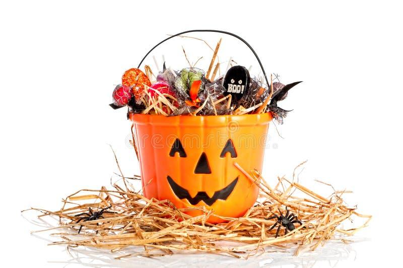 Cubeta enchida doces de Halloween imagens de stock