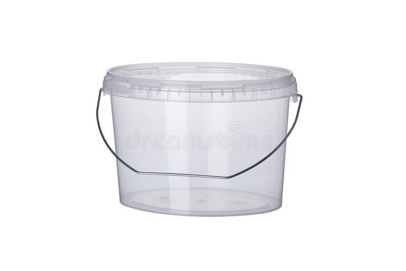 Cubeta plástica oval transparente com tampa transparente, recipientes plásticos no fundo branco, caixa plástica do alimento isola imagem de stock