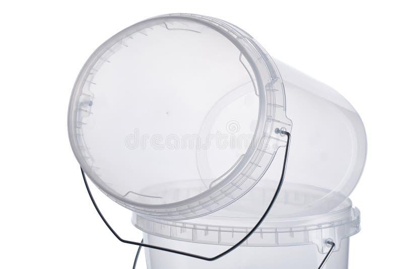Cubeta plástica oval transparente com tampa transparente, recipientes plásticos no fundo branco, caixa plástica do alimento isola imagens de stock