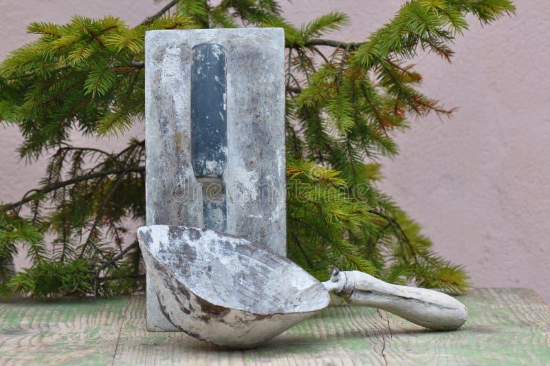 Cubeta suja velha da pá de pedreiro e da mão foto de stock royalty free