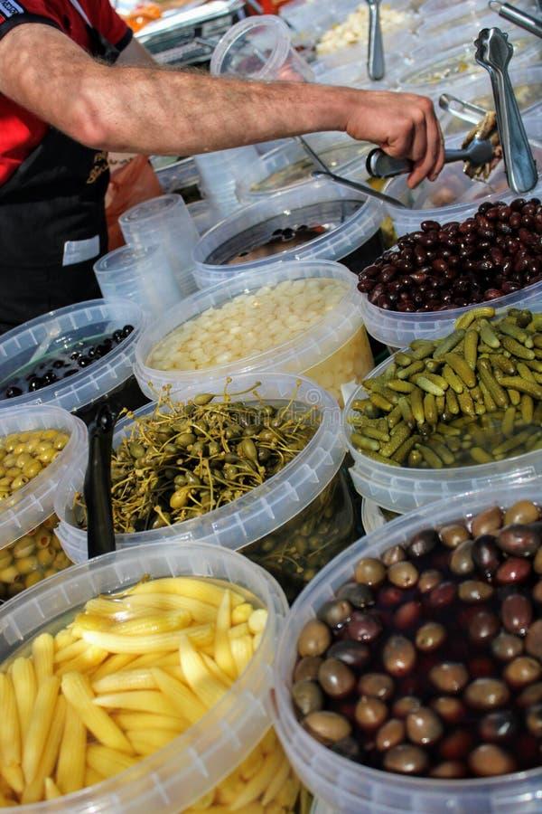 Cubetas completas das azeitonas, das salmouras e do milho de beb? foto de stock royalty free