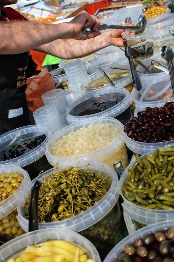Cubetas completas das azeitonas, das salmouras e do milho de beb? imagens de stock royalty free