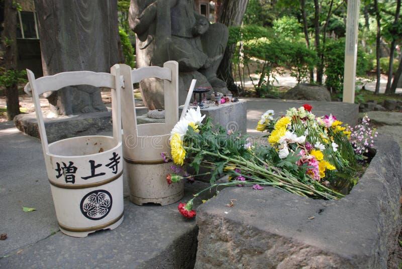 Cubetas de água do cemitério em Zojo-Ji foto de stock
